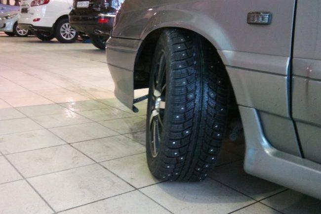 Автомобиль с развернутым колесом